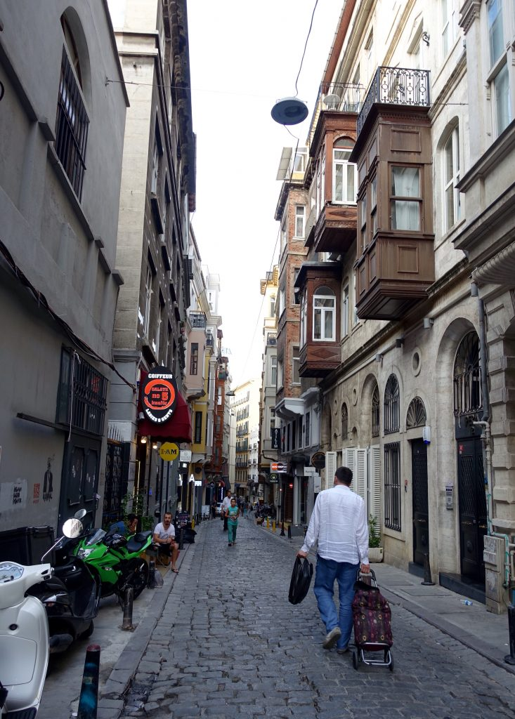 picture of narrow street in Istanbul